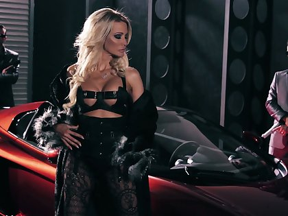 Real stunning American whore Jessica Drake provides bikers about BJs