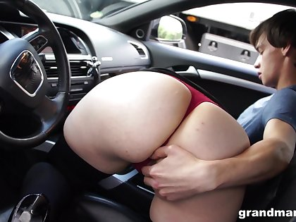 Bootylicious mature woman sucking hitchhiker's cock in her car